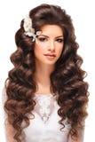 Portret van een mooi jong donkerbruin meisje in de witte kleding van het kanthuwelijk Stock Foto