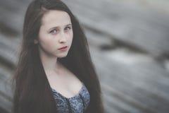 Portret van een mooi jong droevig hipstermeisje in openlucht Royalty-vrije Stock Fotografie