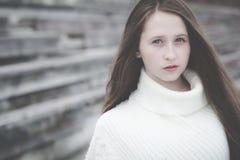 Portret van een mooi jong droevig hipstermeisje in openlucht Stock Foto's