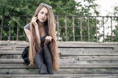 Portret van een mooi jong droevig hipstermeisje in openlucht Stock Afbeeldingen