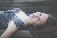 Portret van een mooi jong droevig hipstermeisje in openlucht Stock Foto