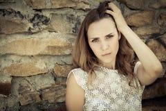 Portret van een mooi jong droevig meisje in openlucht Stock Foto
