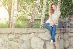 Portret van een mooi jong gelukkig meisje in openlucht Royalty-vrije Stock Fotografie
