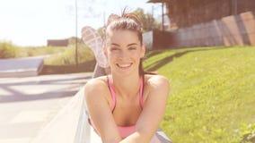 Portret van een mooi jong glimlachend meisje De Levensstijl van de stad stock video
