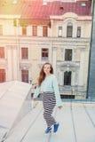 Portret van een mooi jong meisje dat in de avond op de daken van de oude stad loopt het concept vrijheid royalty-vrije stock afbeelding