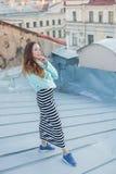 Portret van een mooi jong meisje dat in de avond op de daken van de oude stad loopt het concept vrijheid royalty-vrije stock foto's