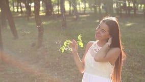 Portret van een mooi jong meisje in een de zomerkleding in een Zonnig groen Park stock video