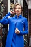 Portret van een mooi jong meisje in een blauwe kleding op een backgrou Royalty-vrije Stock Afbeelding