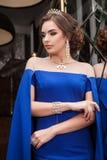 Portret van een mooi jong meisje in een blauwe kleding op een backgrou Royalty-vrije Stock Foto