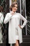 Portret van een mooi jong meisje in een witte kleding op een backgro Royalty-vrije Stock Afbeelding