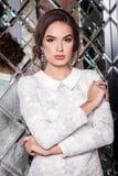 Portret van een mooi jong meisje in een witte kleding op een backgro Stock Foto's