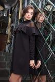 Portret van een mooi jong meisje gekleed in zwarte op een backgro Stock Fotografie