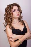 Portret van een mooi jong meisje met bruin krullend haar Royalty-vrije Stock Afbeelding