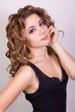 Portret van een mooi jong meisje met bruin krullend haar Stock Afbeeldingen