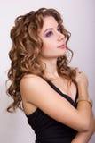 Portret van een mooi jong meisje met bruin krullend haar Stock Fotografie