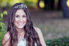 Portret van een mooi jong meisje met een kroon op haar hoofd Royalty-vrije Stock Foto's