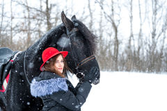 Portret van een mooi jong meisje in modieuze rode hoed, daarna Stock Fotografie