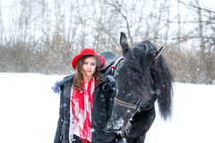 Portret van een mooi jong meisje in modieuze rode hoed, daarna Stock Foto
