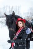 Portret van een mooi jong meisje in modieuze rode hoed, daarna Royalty-vrije Stock Afbeeldingen