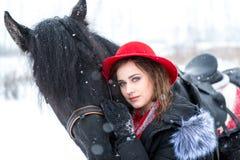 Portret van een mooi jong meisje in modieuze rode hoed, daarna Stock Afbeelding
