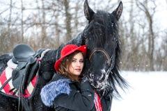 Portret van een mooi jong meisje in modieuze rode hoed, daarna Royalty-vrije Stock Afbeelding