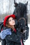 Portret van een mooi jong meisje in modieuze rode hoed, daarna Royalty-vrije Stock Foto