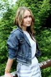 Portret van een mooi jong meisje op een achtergrond van de stad Stock Afbeelding