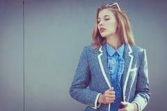 Portret van een mooi jong meisje in openlucht Royalty-vrije Stock Foto