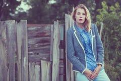 Portret van een mooi jong meisje in openlucht Stock Foto's