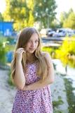Portret van een mooi jong meisje in openlucht Royalty-vrije Stock Afbeeldingen