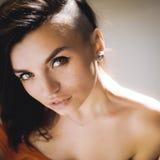 Portret van een mooi jong sexy donkerbruin meisje met expressieve ogen en volledige lippen Stock Fotografie
