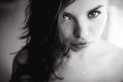Portret van een mooi jong sexy donkerbruin meisje met expressieve ogen en volledige lippen Stock Foto's