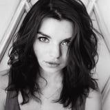 Portret van een mooi jong sexy donkerbruin meisje met expressieve ogen en volledige lippen Stock Foto