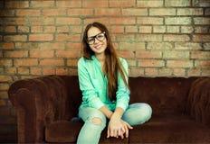 Portret van een mooi leuk tienermeisje in de woonkamer Stock Foto