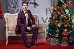 Portret van een mooi mannetje dichtbij de Kerstboom Stock Foto