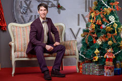 Portret van een mooi mannetje dichtbij de Kerstboom Stock Afbeeldingen