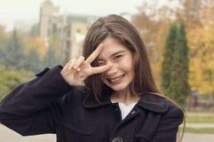 Portret van een mooi meisje dat pret lopend langs stree heeft royalty-vrije stock fotografie