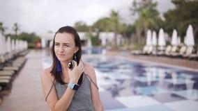 Portret van een mooi meisje die dichtbij de pool lopen stock video