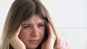portret van een mooi meisje die een hoofdpijn hebben stock footage