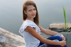 Portret van een mooi meisje die in openlucht stellen Stock Foto's
