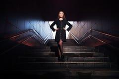 Portret van een mooi meisje in een donkere gang Stock Foto