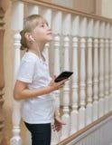Portret van een mooi meisje in een houten omheining Royalty-vrije Stock Afbeeldingen