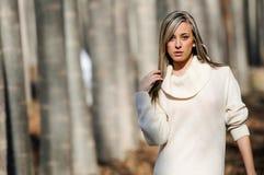 Portret van een mooi meisje in het hout Stock Fotografie