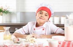 Portret van een mooi meisje in een kok` s kostuum royalty-vrije stock foto's