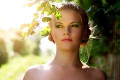 Portret van een mooi meisje met de zomersamenstelling royalty-vrije stock foto's