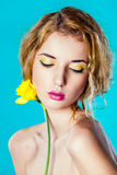 Portret van een mooi meisje met een gele bloem Royalty-vrije Stock Afbeeldingen