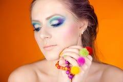 Portret van een mooi meisje met een heldere make-up Stock Afbeelding