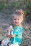 Portret van een mooi meisje met een katje Stock Afbeelding