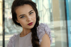 Portret van een mooi meisje met een vlecht stock fotografie