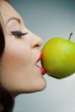 Portret van een mooi meisje met groene appel Royalty-vrije Stock Afbeeldingen